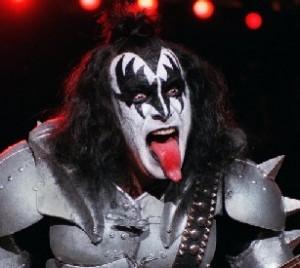 gene simmons 300x268 Banda Kiss lança camisinha da banda nos EUA! 560a05ac5fc25