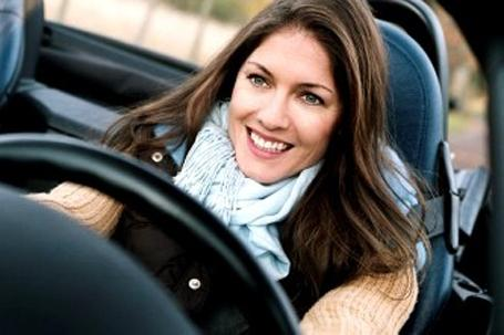 mulher dirigindo Estudo afirma que mulheres dirigem melhor do que os homens! Entenda o porquê.