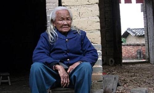 vovo zumbi 500x302 Bizarro: vovó chinesa acorda em seu próprio velório... e vai pra casa cozinhar!