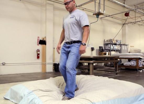 saltador colchoes Profissão: saltador de colchões? Sim! Isso existe!