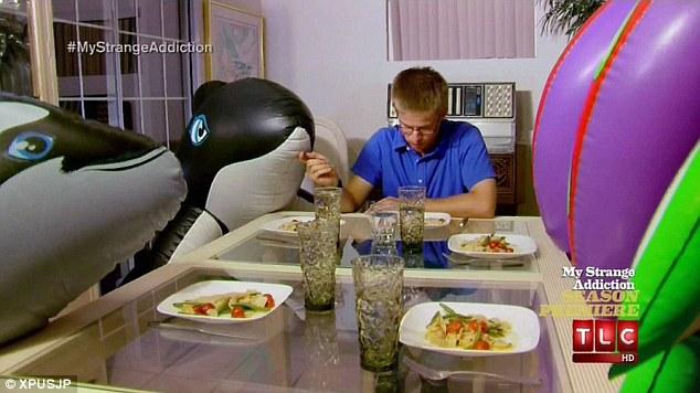 mark jantando Love is in the air: homem apaixonado quer casar com bicho inflável!
