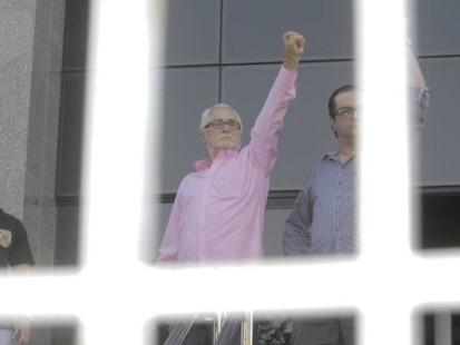 jose genuino 413x310 Mensaleiros na cadeia! José Genuíno faz gesto nazista ao chegar na prisão!