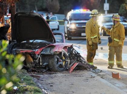 foto acidente 419x310 Ator de velozes e furiosos morre em acidente de carro! Paul Walker estava em um porsche em alta velocidade e bateu em poste.