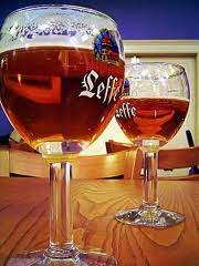 Curiosidades: cerveja em copo de plástico faz mais espuma?