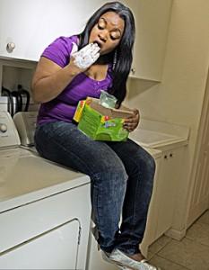 comendo sabao 233x300 Jovem sofre de mal de pica... e não pára de comer sabão!