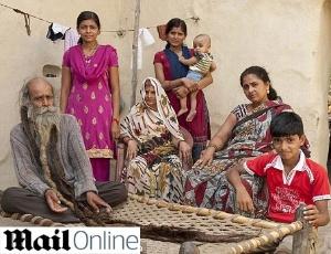 indiano nao toma banho Bizarro: indiano não toma banho há 37 anos para pagar promessa!
