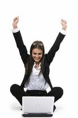 mulher feliz trabalhando Comprar na Internet: Roupas de Marcas X Mercado