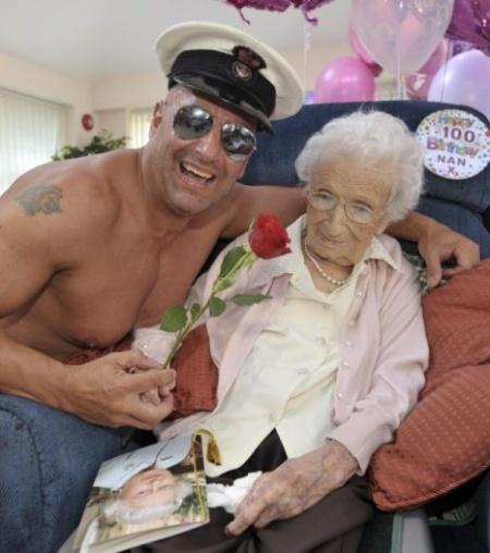 Notícias bizarras: vovó de 100 anos faz aniversário e pede stripper de presente!