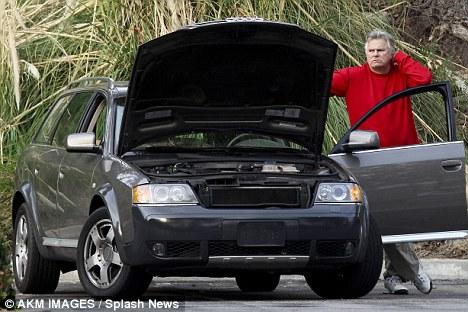 magayver Flagra: carro do MacGyver quebra e ele... não consegue consertar!