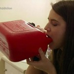 beber gasolina 150x150 Bizarro: americana viciada no próprio xixi!