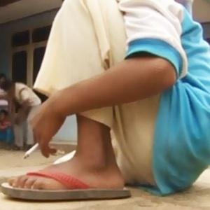 Absurdo: guri de 8 anos fuma 25 cigarros por dia na Indonésia!