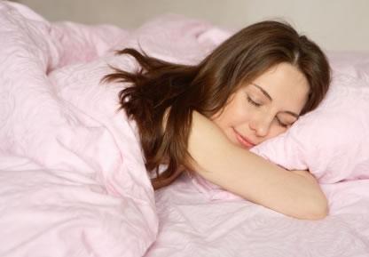 mulher dormindo Cientistas descobrem que dormir após o almoço faz bem para a saúde