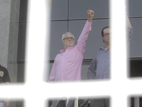 Mensaleiros na cadeia! José Genuíno faz gesto nazista ao chegar na prisão!