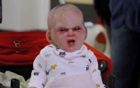 video bebe diabo pegadinha 492x310 Pegadinha video do bebe do demonio assusta populacao de Nova york.Assista agora!