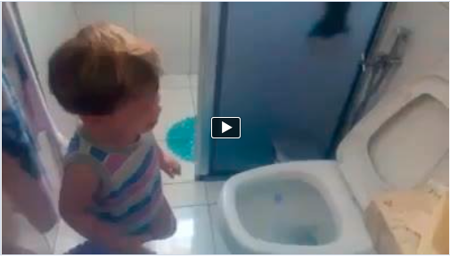 Criança chora por que coco foi embora na descarga! Assista ao video!